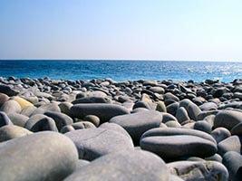 Les galets des plages de la promenade des Anglais